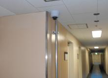 廊下に設置された防犯カメラ