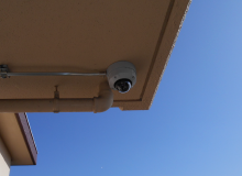 軒下に設置された防犯カメラ